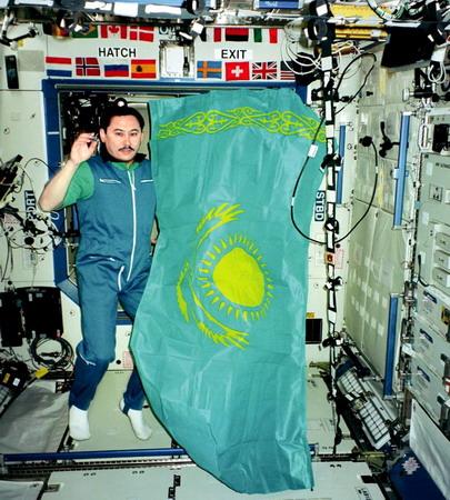 Découvrez le Kazakhstan et ses cosmonautes... Kazakh%20flag%20Moussabaiev%20