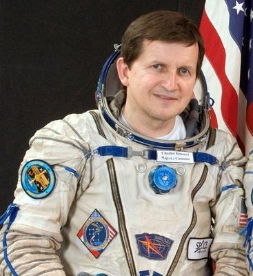 Space Adventures et ses cosmonautes touristes Soyuz-tma-10%20Simonyi